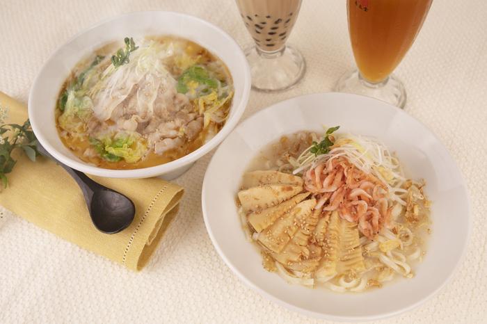 『酸菜白肉麺(サンサイパイローメン)』900円  『桜海老と筍のまぜ麺』850円